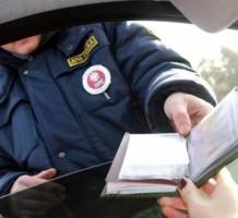 Можно ли не давать свои водительские права в руки сотруднику ГИБДД?